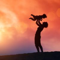 ВС РФ: для сохранения права на пособие по уходу за ребенком сокращения продолжительности рабочего времени на один час недостаточно, в том числе при дистанционной работе