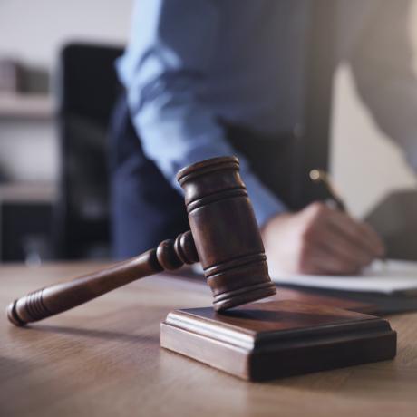 Привлечение к ответственности в соответствии с ч. 7 ст. 7.32 КоАП РФ возможно в том числе в случае просрочки исполнения обязательств по контракту