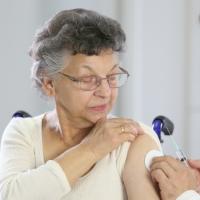 С 27 апреля столичные власти будут поощрять пожилых людей, поставивших прививку от COVID-19