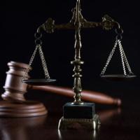 Работница через суд добилась равенства при распределении времени простоя
