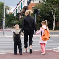 Родителей могут обязать размещать на верхней одежде детей и на детской коляске световозвращающие элементы