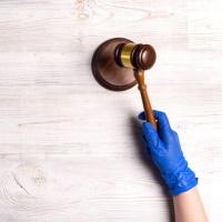 Суды вновь начинают вводить ограничения в свой режим работы из-за коронавируса
