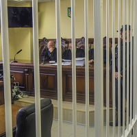 Из залов судебных заседаний предлагают убрать металлические клетки