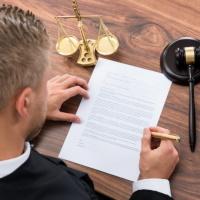 Отсутствие письменного договора об оказании юрпомощи само по себе не препятствует возмещению судебных расходов на оплату услуг представителя
