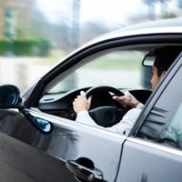 Госдуму просят запретить водителям курение за рулем