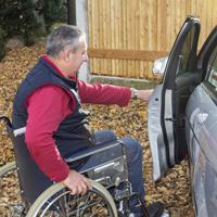 Инвалидов, управляющих автомобилем, могут обязать иметь при себе документ, подтверждающий факт установления инвалидности
