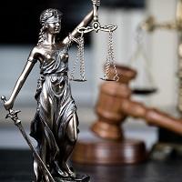 В случае декриминализации деяния во время рассмотрения дела в суде прекращать уголовное дело следует с согласия обвиняемого