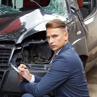 Банк России рекомендует водителям проводить осмотр поврежденного автомобиля только в страховой компании