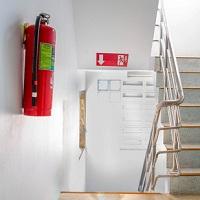 В целях соблюдения пожарной безопасности запрещено размещать детей на этаже с одним эвакуационным выходом в домах летнего отдыха