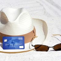 Разъяснен учет расходов на загранкомандировку, когда для оплаты гостиницы используется рублевая банковская карта
