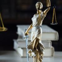 Компенсация за задержку оплаты вынужденного прогула законом не предусмотрена