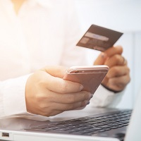 Работник вправе получать заработную плату на банковскую карту супруга