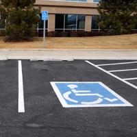 Право парковаться на местах для инвалидов могут предоставить водителям, перевозящим инвалидов