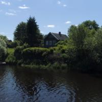 Росреестр рассказал, в каких случаях можно построить дом на берегу водоема