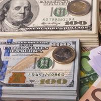 Банк России единовременно понизил курсы иностранной валюты более чем на 1 руб.