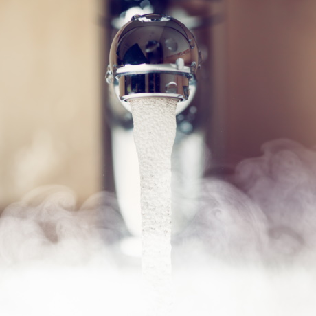РСО должна за свой счет проложить обратный циркуляционный трубопровод от ЦТП до МКД, если горячая вода на входе в дом холоднее 60 градусов