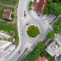 Установлен приоритет проезда перекрестка с круговым движением