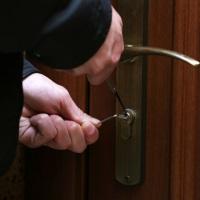 Судебным приставам-исполнителям могут разрешить взламывать замки при осуществлении принудительного доступа в квартиры для проверки перепланировки