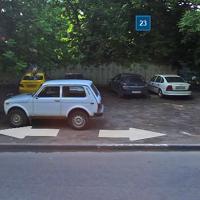Нарушение парковка на территории зелеными насаждениями