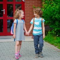 Уточнена норма о приоритетном зачислении в одну начальную школу или детский сад братьев и сестер