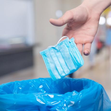 Роспотребнадзор напомнил, как правильно утилизировать использованные маски в домашних условиях