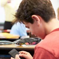 Учащимся могут запретить пользоваться мобильными устройствами в школе