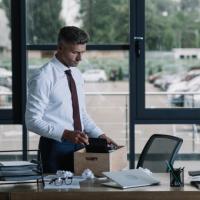 Имеет ли сокращенный работник с отпускным стажем больше 5,5 месяцев в текущем рабочем году право на полную компенсацию отпуска, если работает в организации не первый год?