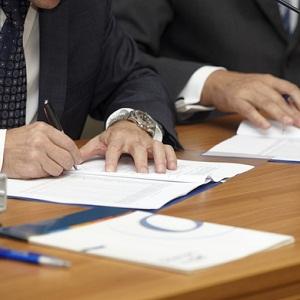 Факсимиле на трудовых договорах и соглашениях о совмещении