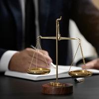 Как действовать адвокату, если дела, которые он ведет, назначены к рассмотрению в разных судах на одну дату?