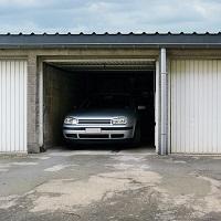 Налогоплательщиком земельного налога за земельный участок под гаражами признается тот, кому участок принадлежит на праве собственности