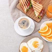 Если стоимость завтрака не выделена в счете отеля, она учитывается в командировочных расходах