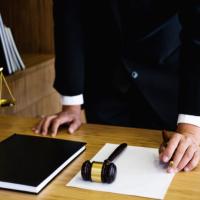 ВС РФ: суд не может произвольно снижать размер возмещения расходов на представителя
