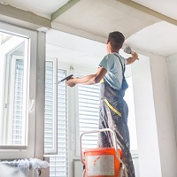 ВС РФ обязал управляющую компанию оштукатурить потолки в квартире в рамках содержания МКД в надлежащем состоянии