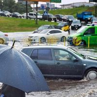 Эксперты считают, что автохамов, обливающих грязью пешеходов, наказывать не получится