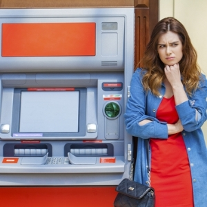 Вправе ли банк менять тарифы на конвертацию валюты в одностороннем порядке уже после снятия клиентом денег с карты?