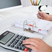 При доставке сотрудников к месту работы и обратно нужно начислять взносы и удерживать НДФЛ
