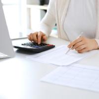 Выплата поощрения при увольнении в связи с выходом на пенсию: КВР, КОСГУ, НДФЛ, взносы