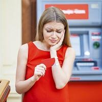 Невозможность работника снять деньги с зарплатного счета не свидетельствует о вине работодателя