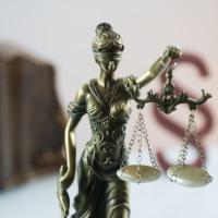 Договор с внештатным работником при наличии в штате вакансии суд признал правомерным