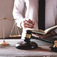 Издать приказ об увольнении по собственному желанию можно заранее, но это не лишает работника права отозвать заявление