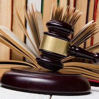 Суд: нельзя требовать от работника явиться за трудовой книжкой в другой город