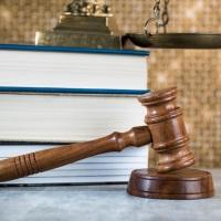КС РФ: совершеннолетний подсудимый не теряет право на рассмотрение его дела судом присяжных из-за наличия среди его соучастников несовершеннолетних