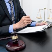 Выплаченную руководителю учреждения премию суд может признать незаконной