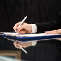 Лицам с иностранным гражданством запретят работать в госорганах на должностях, требующих оформления допуска к гостайне